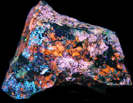 Fluorescent prehnite, pectolite, margarosanite under shortwave UV light