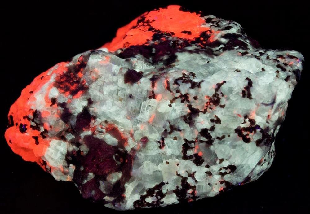 Barite, hyalophane, calcite, and andradite from Franklin, NJ under shortwave UV Light