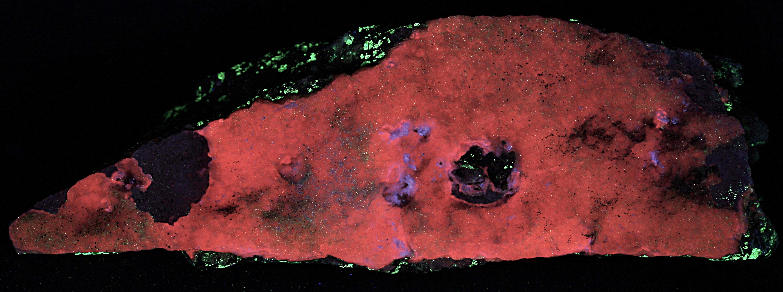 Calcite druze on franklinite and willemite from the Sterling Hill Mine, Ogdensburg, NJ under shortwave UV Light