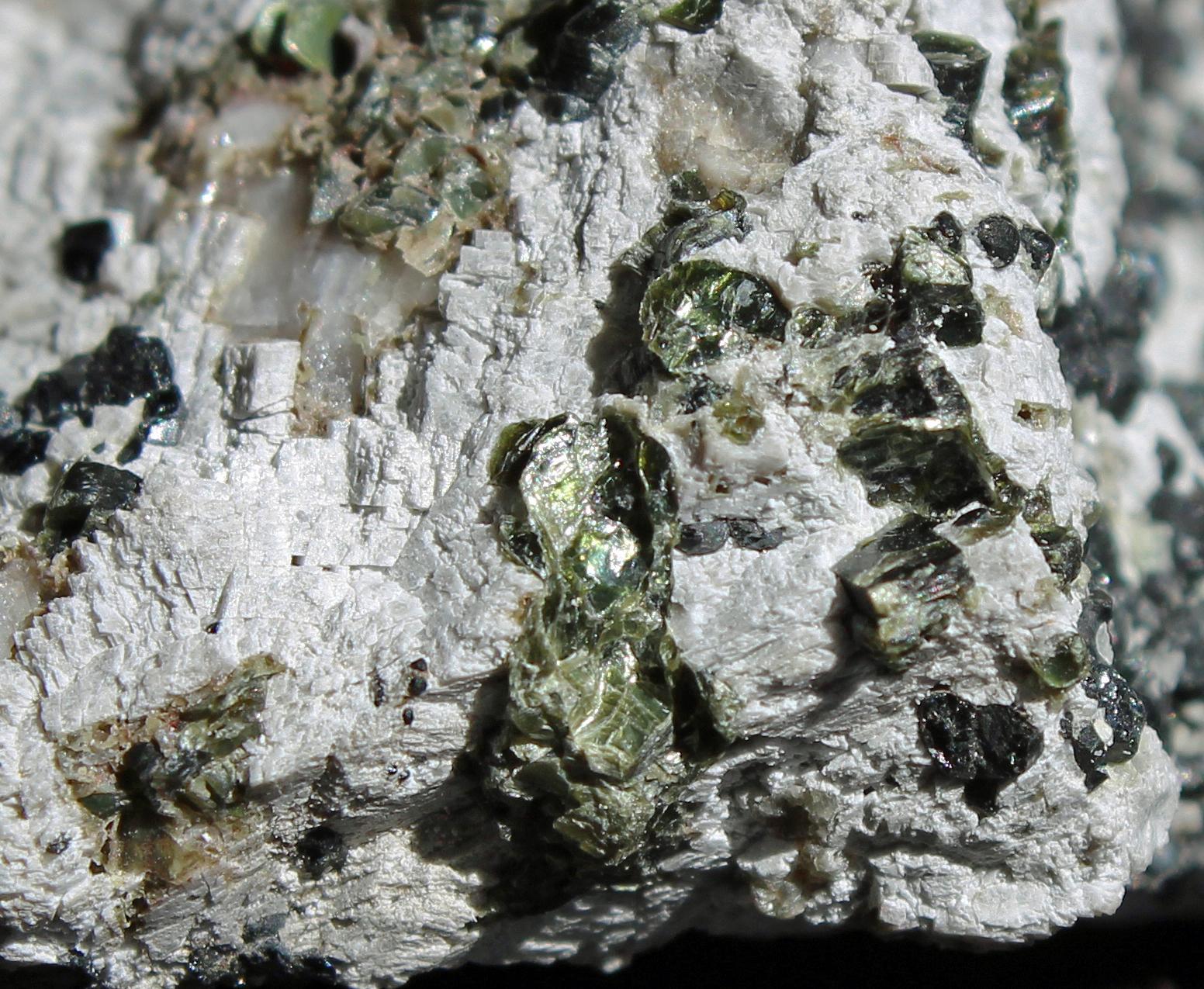 Clinochlore, dolomite, calcite, franklinite, Taylor Road Dump, image width 1 inch