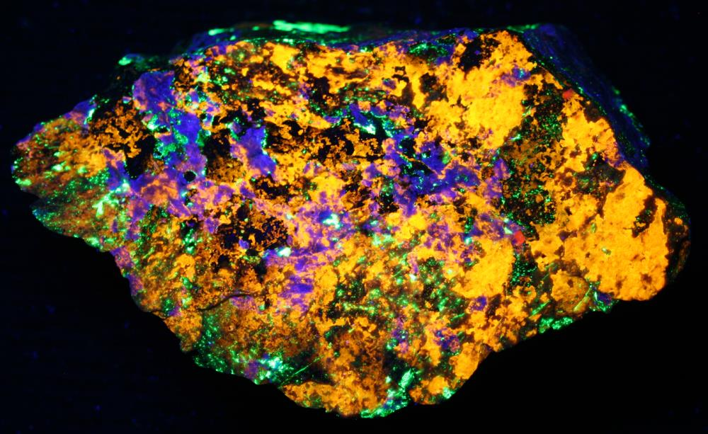 Clinohedrite, hardystonite, willemite, calcite from Franklin under shortwave UV Light