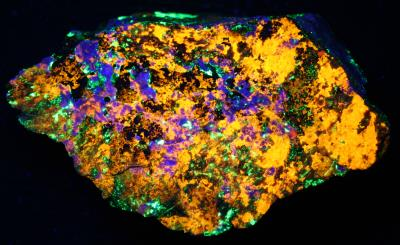 Clinohedrite, hardystonite, willemite, calcite from Franklin under shortwave UV Light