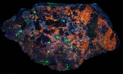 Clinohedrite, hardystonite, willemite, calcite from Franklin under longwave UV Light