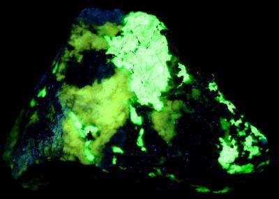 Esperite, willemite, franklinite and calcozincite from Franklin under longwave UV Light