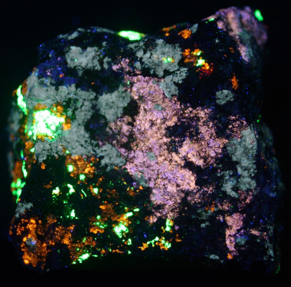 Nasonite, prehnite, clinohedrite, willemite, xonotlite, hancockite, hendricksite, andradite garnet, franklinite under shortwave UV Light