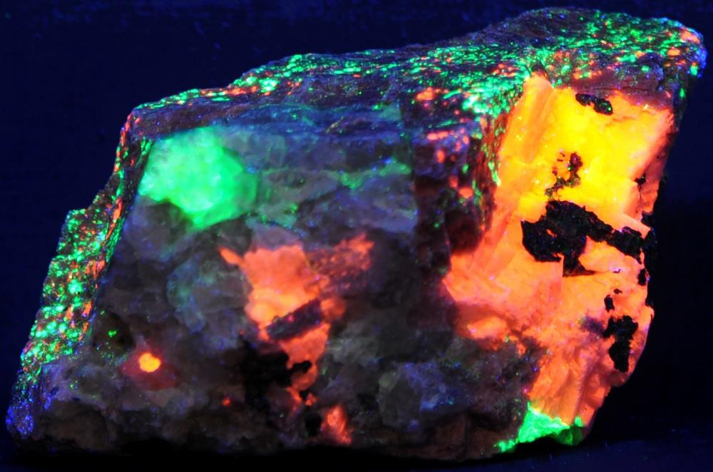 Quartz, rhodonite, calcite, willemite and minor franklinite from Franklin, NJ under shortwave UV Light