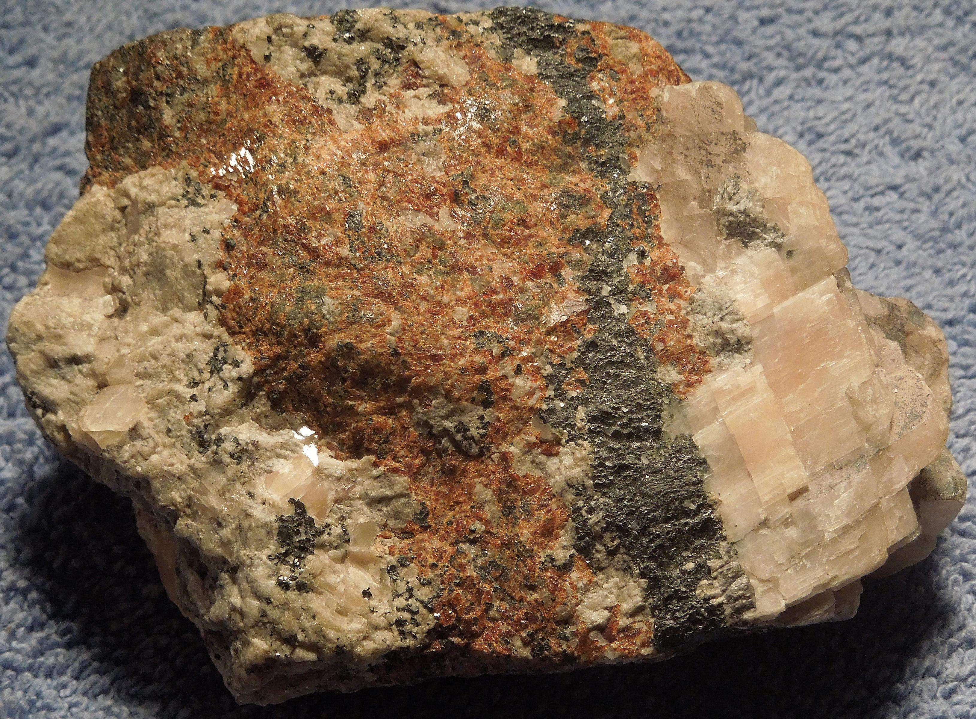 Turneaureite, calcite, andradite, franklinite, Franklin Mine