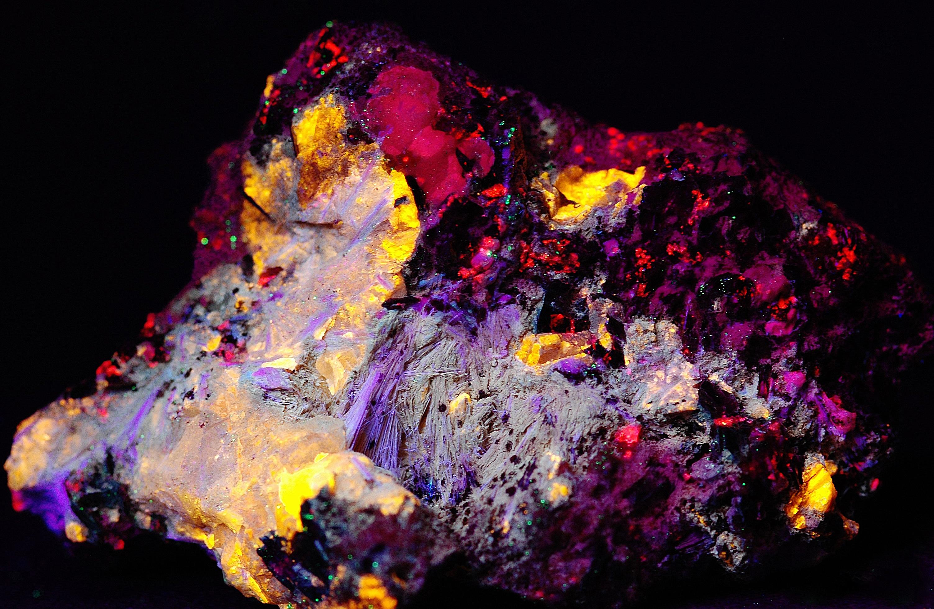 Xonotlite crystals, roeblingite, amethystine clinohedrite, feldspar and hendricksite mica from Franklin, NJ under shortwave UV Light