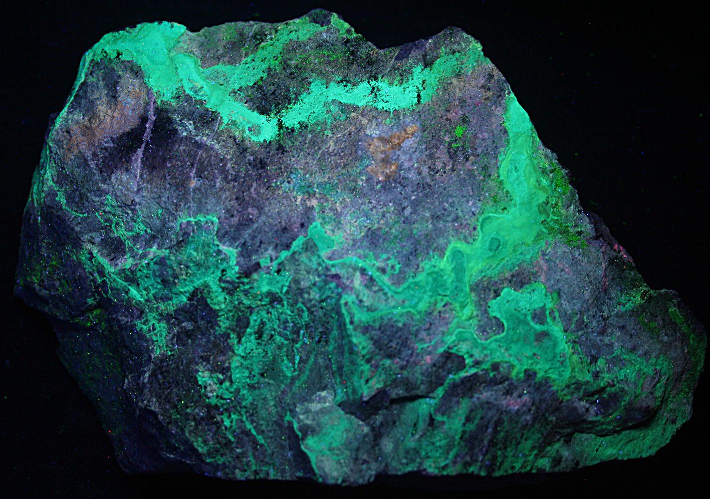 Znucalite coating on calcite from Sterling Hill Mine North ore body, Ogdensburg, NJ under shortwave UV Light
